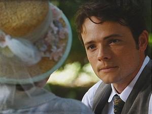 Romântico, o rapaz faz o pedido oficialmente (Foto: Lado a Lado / TV Globo)