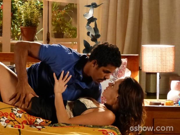Juliana seduz Jairo enquanto conta seu plano para ficar com Bia (Foto: Em Família/TV Globo)