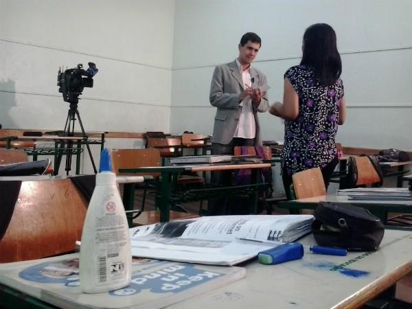 Repórter Luiz Salviato entrevista professora que enfrenta problema com a voz (Foto: Manoel Tavares/RBS TV)