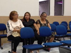 A mãe de Patrícia dos Santos, Eliza Borges (de branco) ainda não acredita que a filha morreu no Ceará (Foto: Giovan Valiati/ RPC)