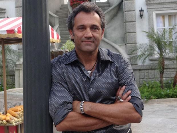 Domingos Montagner posa para foto nos intervalos das gravações (Foto: Salve Jorge / TV Globo)