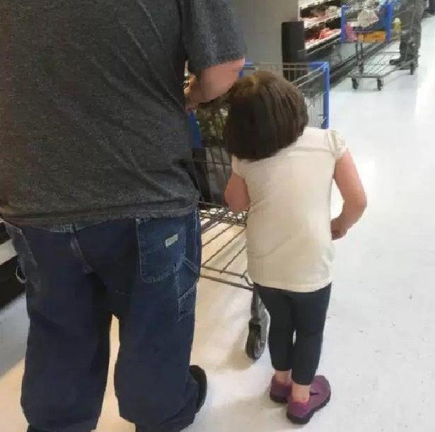 Homem puxa menina pelo cabelo (Foto: Reprodução / Facebook)