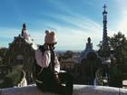 Bruna Marquezine posa com gorro de orelhinhas em Barcelona, na Espanha