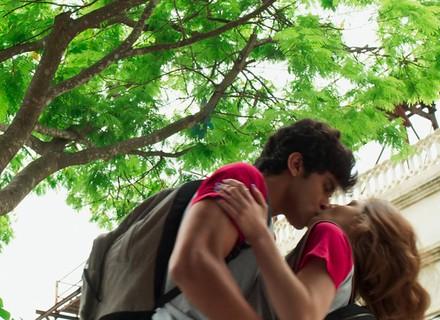 Jabá tasca beijão em Juliana