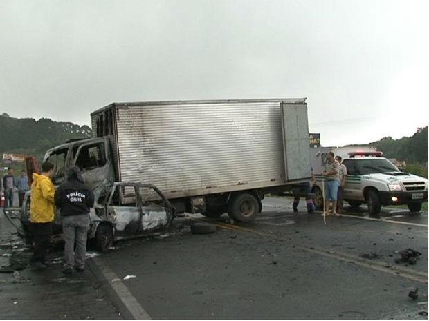 Carro explodiu após a batida na BR-277 (Foto: Eduardo Andrade / RPC TV)