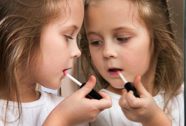 criança maquiagem (Foto: shutterstock)