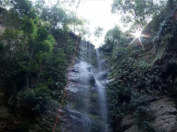 Cachoeira perde volume de água durante estiagem (Foto: Reprodução/TV Anhanguera)