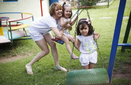 Bianca Rinaldi posa com as gêmeas Beatriz e Sofia, de 4 anos Guito Moreto