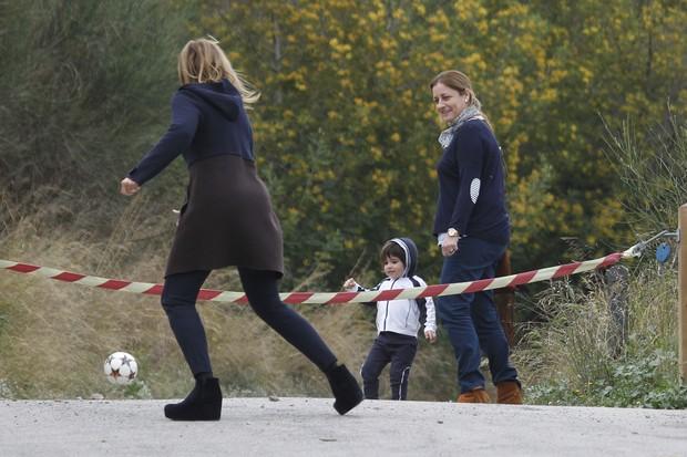 Milan Piqué brinca com bola de futebol (Foto: Grosby Group/Agencia)