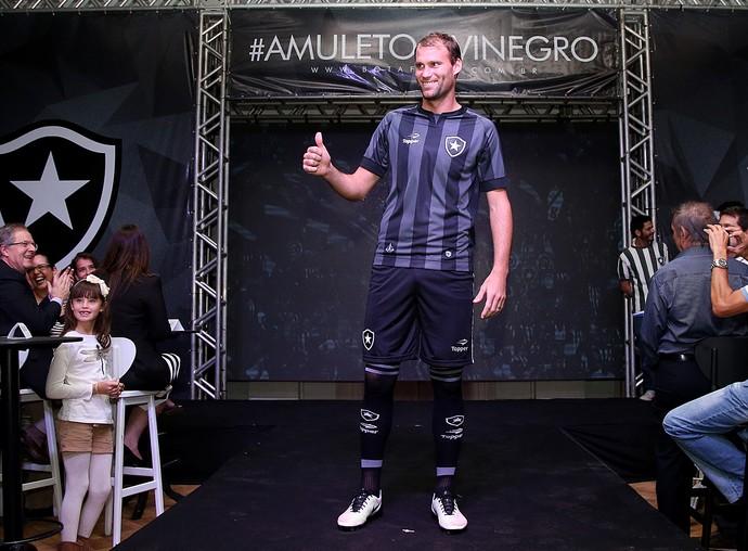 Botafogo inicia parceria com a Topper e apresenta uniformes 2016 2017 e59a351829e05