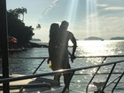 Andressa Suita posa em cenário romântico com Gusttavo Lima