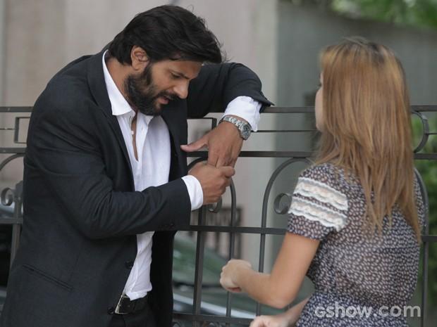 Anita conversa com Hernandez do lado de fora do casarão (Foto: Pedro Curi / TV Globo)