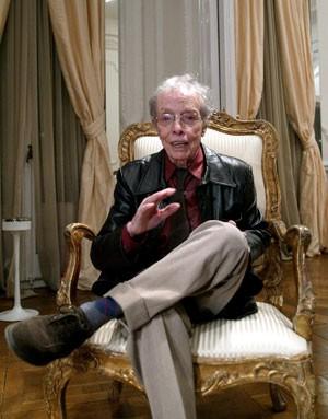 O estilista espanhol Manuel Pertegaz em foto de fevereiro de 2004. Ele morreu neste sábado (30) (Foto: Cesar Rangel/AFP)