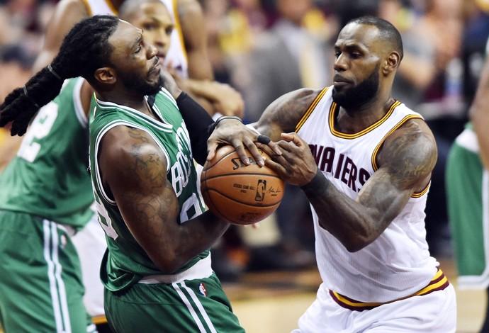 LeBron James, do Cleveland Cavaliers, disputa a bola com Jae Crowder, do Boston Celtics (Foto: Reuters/Ken Blaze-USA TODAY Sports)