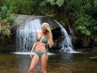 Caroline Bittencourt mostra 'gominhos' em cenário paradisíaco