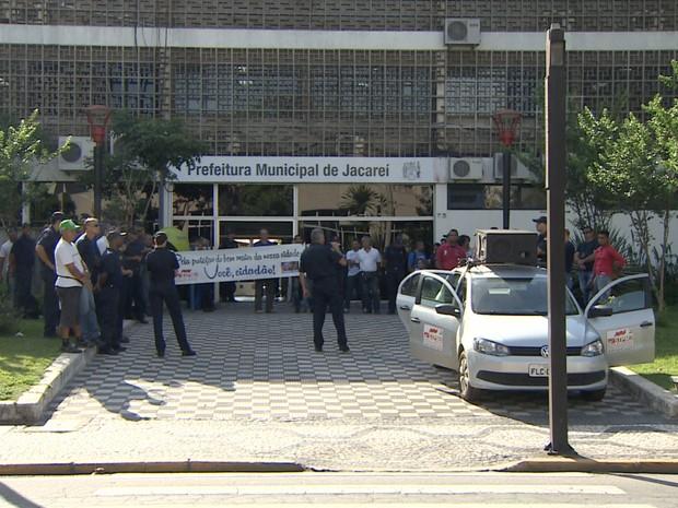 Guardas ficaram em frente à sede do governo em Jacareí para protestar. (Foto: Reprodução/TV Vanguarda)