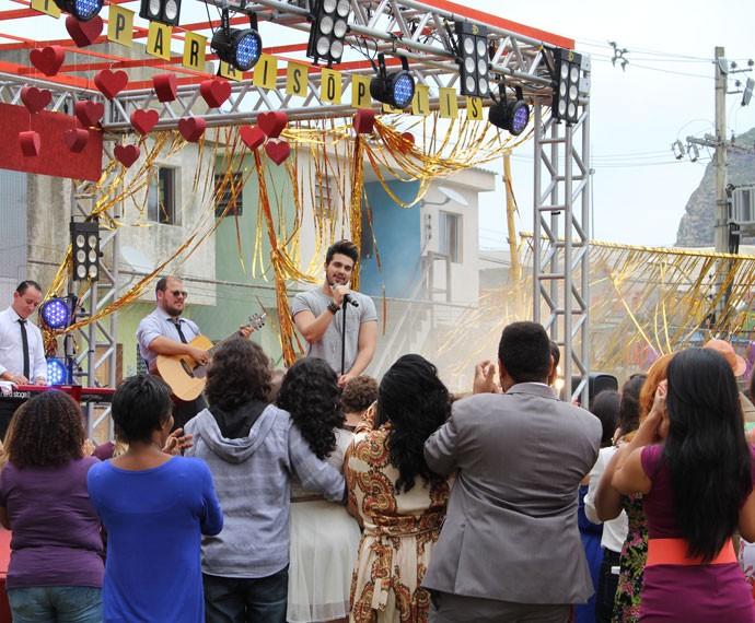 Cantor leva ao palco a música 'Escreve aí', sucesso da trilha da novela (Foto: Karen Fideles/Gshow)