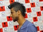 Léo Moura comemora 400 jogos e revela segredo do penteado: 'Só gel'