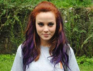 Ela pintou cabelo de roxo! Tem coragem? (Malhação / TV Globo)