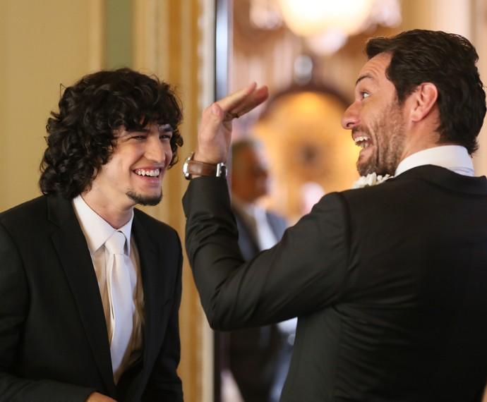 Rodrigo Lombardi faz graça ao lado de Gabriel Leone (Foto: Isabella Pinheiro/Gshow)