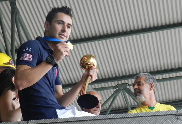 Neto mostra a medalha e o troféu durante carreata em Uberlândia (Foto: Caroline Aleixo/GLOBOESPORTE.COM)