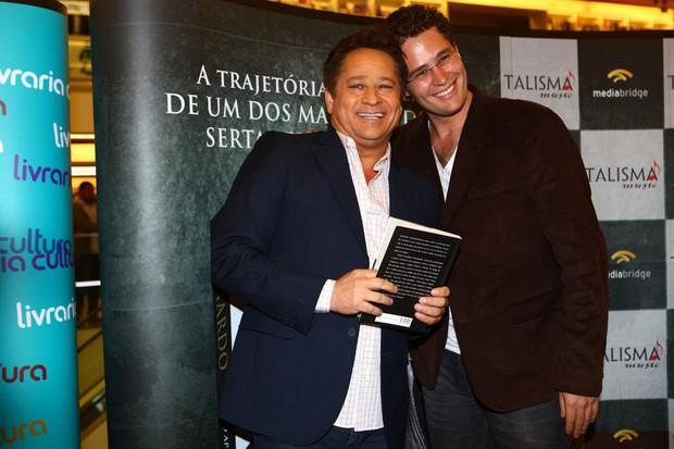 Pedro Leonardo e Leonardo no lançamento do livro do Leonardo (Foto: Iwi Onodera / EGO)