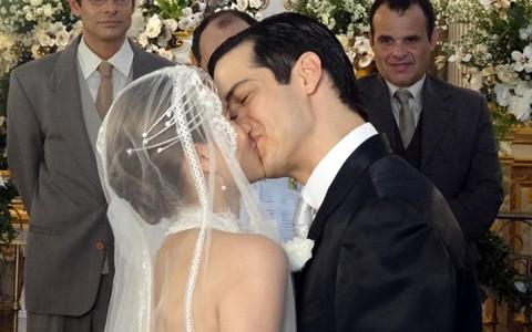 Gerusa sai do convento, se casa com Mundinho e dá à luz (Gabriela / TV Globo)
