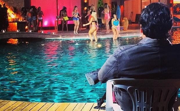 Bruno de Luca admira as meninas  beira da piscina na manso do Casa Bonita em Angra (Foto: Reproduo Instagram)