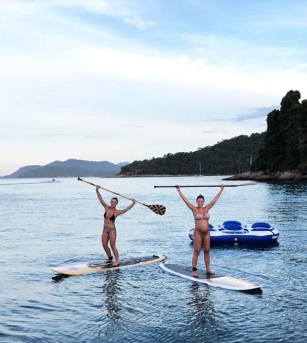 Grávida, Andressa Suita faz stand up paddle!  (Foto: Reprodução Instagram)