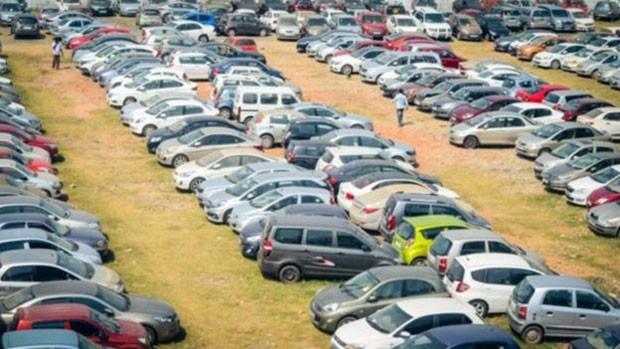 """Centenas de carros considerados """"perda total"""" por seguradoras são levados a leilão. (Foto: BBC)"""