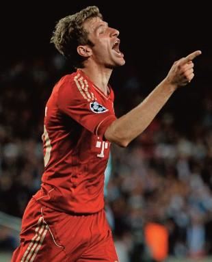 PRATA DA CASA Thomas Müller, atacante do Bayern formado no próprio clube. A primeira divisão alemã gasta menos com salários de jogadores e técnicos (Foto: Baron/Bongarts/Getty Images)