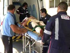 Vítima do acidente chega ao Pronto-Socorro 28 de agosto, em Manaus (Foto: Reprodução/TV Amazonas)