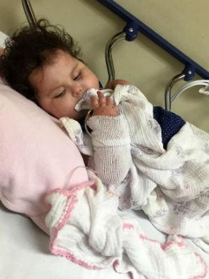 Com alergia severa, Sofia volta a ser internada e vai passar por biópsia (Foto: Patrícia de Lacerda/Arquivo Pessoal)
