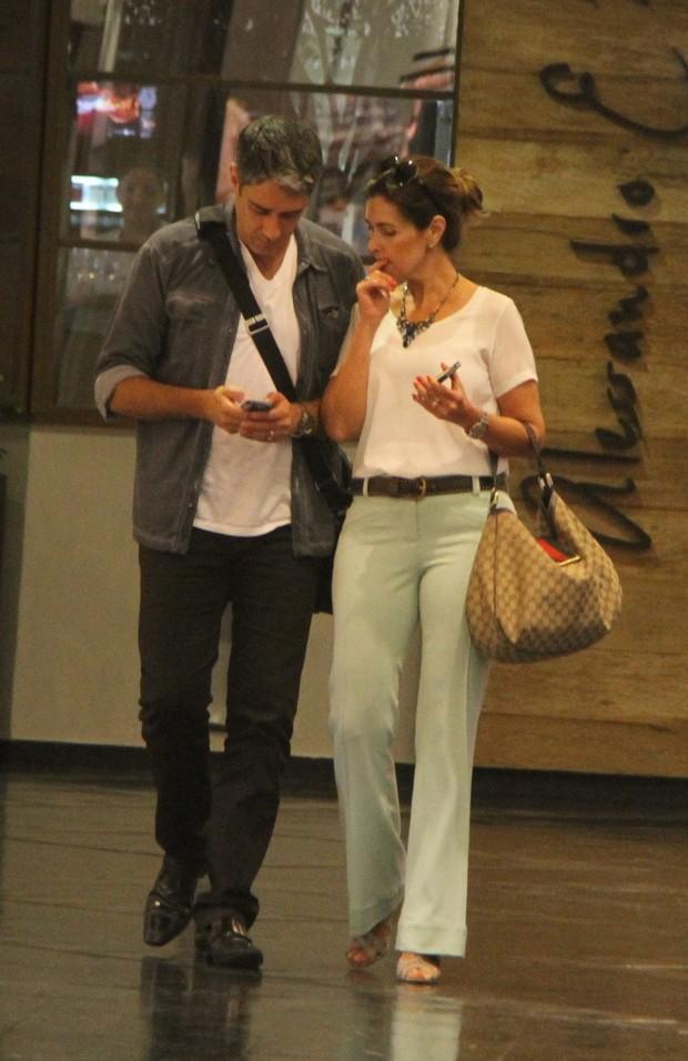 Fatima Bernardes vai a restaurante com o marido Willian Bonner (Foto: Daniel Delmiro / Agnews)