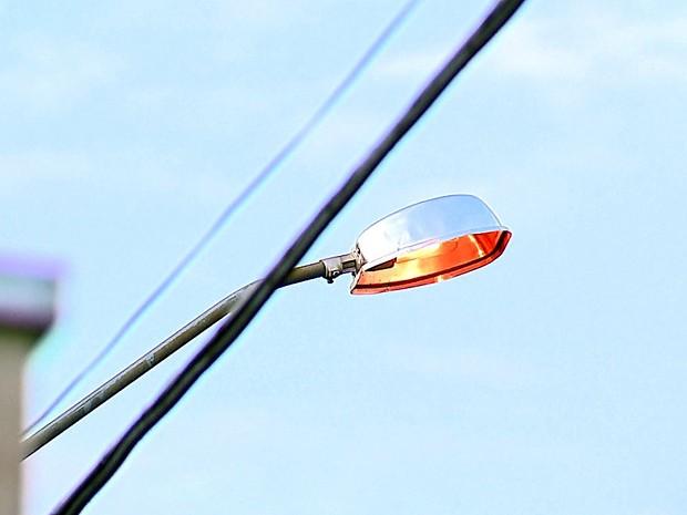 Postes ficam com as luzes acessas durante o dia em Américo Brasiliense (Foto: Reginaldo dos Santos/EPTV)