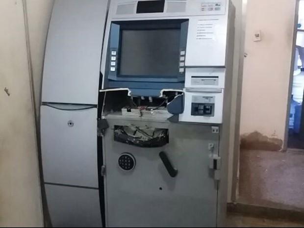 Caixa eletrônico explodido fica no prédio da Procuradoria-Geral do Estado (Foto: Marksuel Figueiredo/ Inter TV Cabugi)