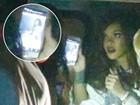 Rihanna não larga o celular e checa fotos suas no Rock in Rio após show