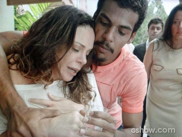 Jairo tenta acalmar Juliana depois de ser atacado por ela (Foto: Em Família/TV Globo)