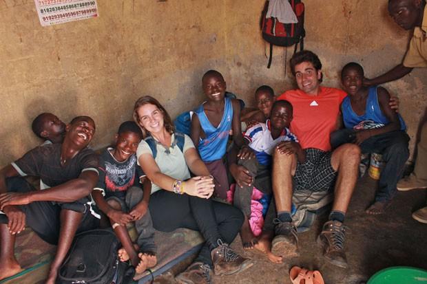 Felipe e Gabriele entregando colchões em um orfanato que acolhe meninos de rua em Kampala, Uganda.  (Foto: Think Twice/Divulgação)