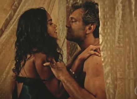 Luzia fica nua e tenta seduzir Santo