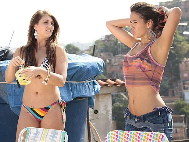 Lurdinha e Rayanne se preparam para pegar aquele sol (Foto: Salve Jorge/TV Globo)