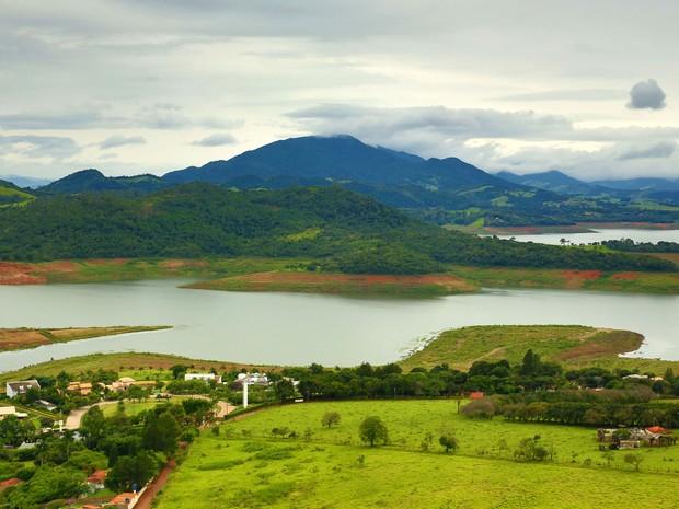 Vista reserva da represa Jaguari- Jacareí, na cidade de Piracaia, no interior de São Paulo, na terça- feira (29) (Foto: Luís Moura/Estadão Conteúdo)