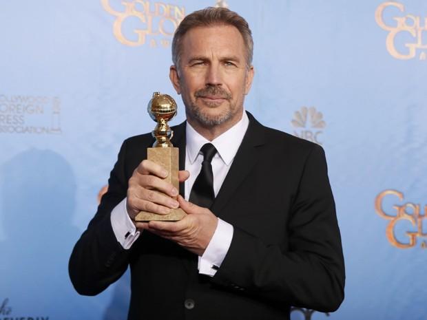 Por atuação em 'Hatfields & McCoys', Kevin Costner foi premiado no Globo de Ouro 2013 (Foto: Lucy Nicholson/Reuters)