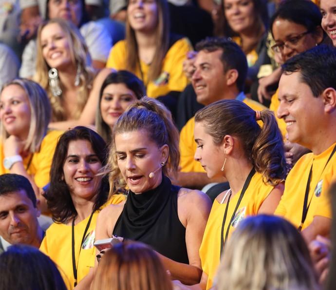 A atriz contou com a participação de uma pessoa da plateia em seu número (Foto: Carol Caminha/Gshow)