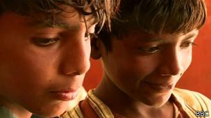 Rafiq e Hussain: caçada de carangueijos rendeu apenas US$ 3 (Foto: Reprodução/ BBC)