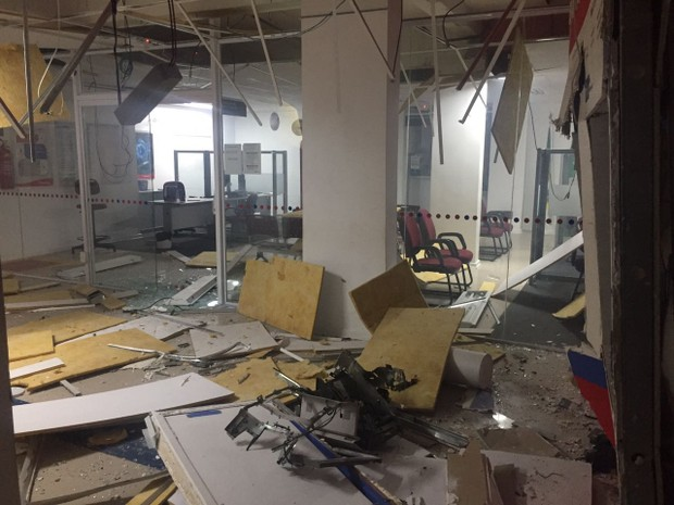 Com a explosão, agência bancária em Caraúbas ficou parcialmente destruída (Foto: Divulgação/PM)