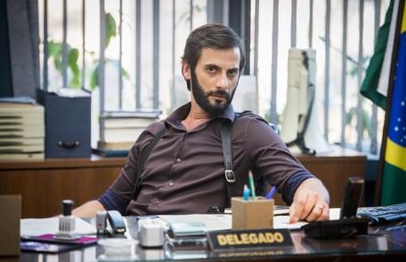 O delegado Vinícius (Flávio Tolezani) ajudou Sophia a prejudicar Clara durante uma investigação policial que culminou no processo de interdição TV Globo