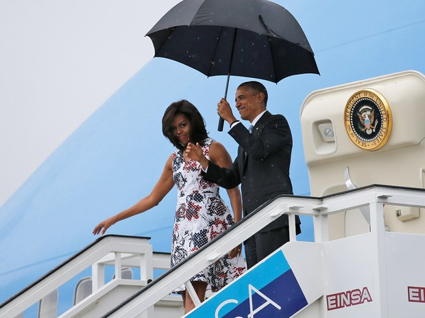 O presidente Barack Obama e a primeira-dama Michelle Obama desembarcam sob chuva em Havana, em Cuba  (Foto: Carlos Barria/Reuters)