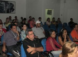 Colaboradores acompanham a exibição do vídeo oficial de lançamento de Sete Vidas. (Foto: André Santos/TV Clube)