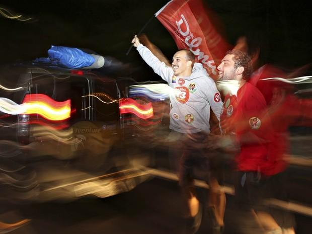 Apoiadores do PT e de Dilma Rousseff fazem festa na Avenida Paulista, em São Paulo (Foto: Nacho Doce/Reuters)